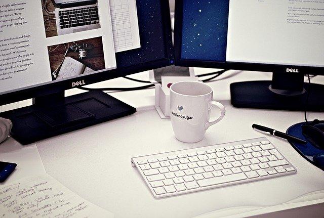 Puesto de Trabajo compuesto de ordenadores, pantallas y teclados